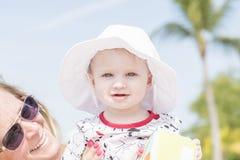 Piękny Szczęśliwy Ekspresyjny Blond dziewczyna berbeć na plaży zdjęcie royalty free