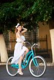 Piękny szczęśliwy kobiety jazdy rower w mieście zdjęcia stock