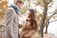 Piękny szczęśliwy pary odprowadzenie na ulicie wpólnie zdjęcie stock