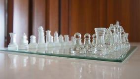 Piękny szklisty chessboard i wszystkie bierka obrazy royalty free