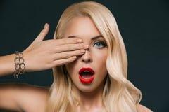 piękny szokujący kobiety przymknięcia oko, zdjęcie stock