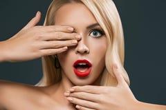 piękny szokujący kobiety przymknięcia oko, obraz royalty free