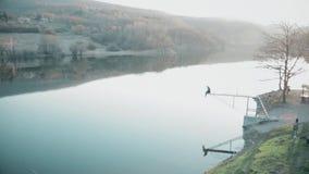 Piękny sztuczny jezioro z tamą w odległości zdjęcie wideo