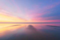 Piękny tło plaża przy zmierzchem obraz royalty free