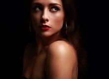 Piękny tajemniczy czerwony wargi kobiety patrzeć Fotografia Royalty Free