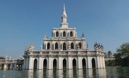 Piękny Tajlandzki pawilon w centrum staw zdjęcia royalty free