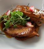 Piękny talerz, Wyśmienicie wieprzowina posiłek/Słuzyć Z stylem zdjęcie stock