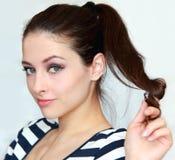 Piękny target1_0_ młodej kobiety mienia włosy Zdjęcie Royalty Free