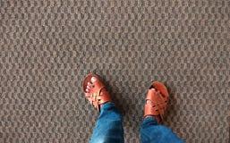 Piękny textured dywan z nogami fotografia royalty free