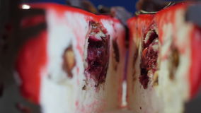 Piękny tort z czerwonym glansowanym glazerunkiem Rewolucjonistka tort z czekoladą swobodny ruch zbiory wideo