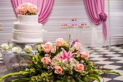 Piękny tort z menchii i pomarańcze różami fotografia stock