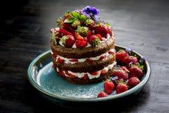 Piękny tort z truskawkami i śmietanką Fotografia Royalty Free