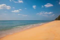 Piękny Tropikalny plażowy piasek i morze Zdjęcia Royalty Free