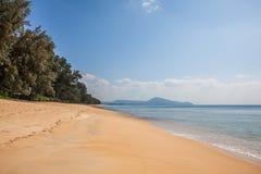Piękny Tropikalny plażowy piasek i morze Obrazy Royalty Free