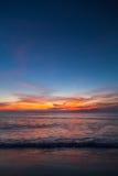 Piękny tropikalny zmierzch na plaży Fotografia Stock