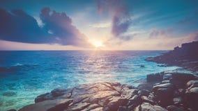 Piękny tropikalny zmierzchu widok od skalistego wybrzeża zbiory wideo