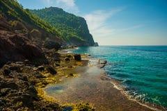 Piękny turkusowy morze i skały blisko Cleopatra wyrzucać na brzeg Alanya, Antalya okręg, Turcja, Azja zdjęcie royalty free