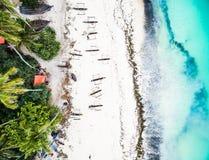 Piękny turkusowy ocean spotyka afrykańską wyspę z domami i palmami Obraz Stock