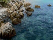 Piękny Turkusowy zielony denny brzeg Idylliczny seascape tło obrazy stock