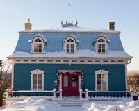 Piękny two-chimneyed Drugi Empirowy turkusu dom z metalu prześcieradła mansardowym dachem obrazy stock