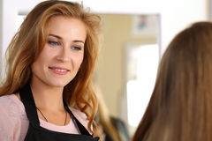 Piękny uśmiechnięty blondynki kobiety fryzjer fotografia stock