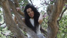 Piękny uśmiechnięty brunetki wysuszony drzewo blisko zbiory