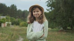 Piękny uśmiechnięty dziewczyny dziecko w kapeluszu w trykotowej koc, natury tło zbiory