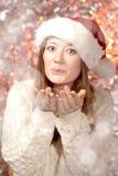 Piękny uśmiechnięty kobieta modela odzieży Santa kapelusz obrazy royalty free
