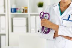 Piękny uśmiechnięty kobiety lekarki mienia stetoskop zdjęcia stock