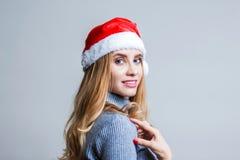 Piękny uśmiechnięty kobiety odzieży Santa Claus kapelusz obraz stock