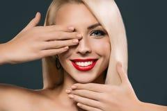 piękny uśmiechnięty kobiety przymknięcia oko, obraz stock