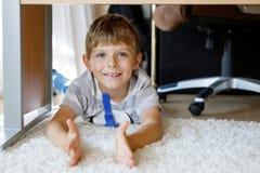 Piękny Uśmiechnięty Little Boy portret pod szkoła stołem Szczęśliwy dzieciak patrzeje kamerę Uroczy dziecko z blondynami zdjęcia royalty free