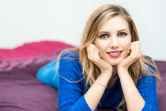 piękny uśmiechnięty młody atrakcyjny kobieta portret Fotografia Royalty Free