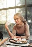 Piękny uśmiechnięty mienie gryźć kobiety serce Fotografia Stock