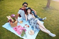 Piękny uśmiechnięty pary lying on the beach i relaksować outdoors zdjęcie stock