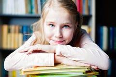 Piękny uśmiechnięty uczeń z stosem książki Obraz Royalty Free