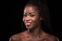 Piękny uśmiechnięty zmrok skinned modela na czarnym tle Obrazy Royalty Free
