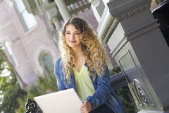 Piękny uczeń używa laptop Zdjęcia Royalty Free
