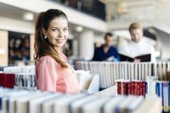 Piękny uczeń w bibliotece zdjęcie royalty free