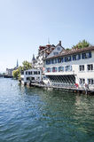 Piękny uliczny widok Tradycyjni starzy budynki w Zurich Zdjęcia Royalty Free