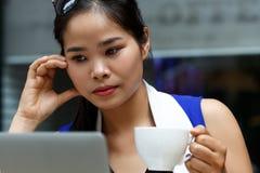 Piękny Vietnam żeński uczeń używa laptopu komputer osobistego plenerowego Obrazy Stock