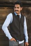 Piękny wąsy młody człowiek zabawę plenerową Zdjęcia Royalty Free