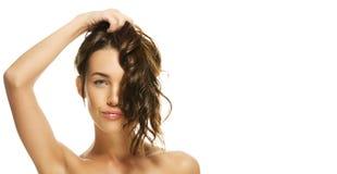 piękny włosy jej mienia portreta kobieta Zdjęcie Royalty Free