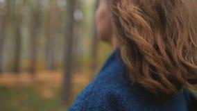 Piękny włosy mooving podczas gdy chodzący zbiory