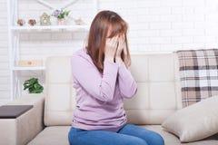 Piękny w średnim wieku brunetki kobiety płacz na kanapie Domowy tło Przekwitanie czas Odbitkowa przestrzeń up i egzamin próbny fotografia stock