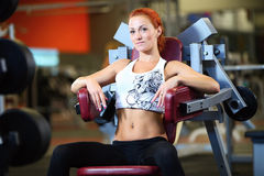 Piękny w gym młodej kobiety piękny działanie Zdjęcie Royalty Free