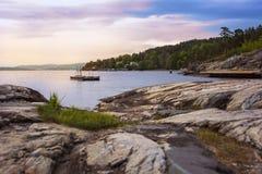 Piękny waterscape z skalistym wybrzeżem, łódź, Obraz Stock