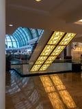 Piękny wewnętrzny projekt emiratu centrum handlowego sala z naturalnego światła przybyciem wewnątrz zdjęcia royalty free