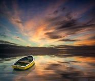 Piękny wibrujący błękitny i różowy zimy niebo z pojedynczym łódkowatym floa Obrazy Stock