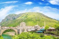 Piękny widok średniowieczny miasteczko Mostar od Starego mosta w Bośnia i Herzegovina Obraz Royalty Free